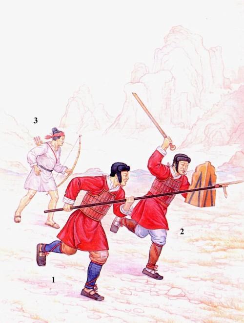 """Китайская пехота в бою: 1 - воин тяжелой пехоты в кожаном панцире с клевцом """"цзи""""; 2 - воин тяжелой пехоты с мечом и железным щитом; 3 - лучник из вспомагательных частей, формировавшихся из некитайских народов."""